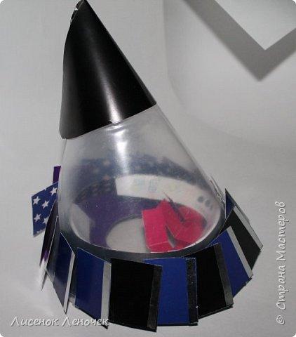 Здравствуйте, уважаемые зрители! Представляем вашему вниманию космический аппарат будущего «Galaxy 3000», созданный на основе безграничного полета фантазии автора и при помощи чистейшей импровизации! Это чудо техники предназначено для увлекательных космических научных экспедиций  на любую планету Галактики.  Компактная лаборатория, встроенная в аппарат, позволяет  детально изучить  все параметры планеты (взять пробы грунта, воды, воздуха и прочее). Работает наш аппарат на солнечных батареях, расположенных по краям лопастей, находящихся в нижней части корпуса. Верхняя часть корпуса снабжена передатчиками и приемниками информации с Земли и на Землю, а также имеет инфракрасный излучатель, сканирующий планету на наличие живых микроорганизмов в радиусе 1 км вокруг себя.   фото 11