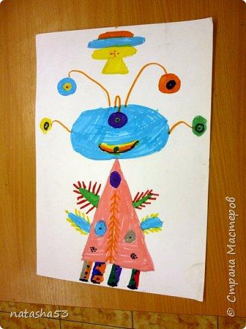 И так , знакомьтесь – мой инопланетный друг – Хо. А живёт он на далёкой планете Зума. Всё там желтого цвета. Зумовцы не строят дома, потому что очень жарко. А общаются они ногами, которые гибкие, а питаются  торчащими на голове трубочками жидкостями. фото 2