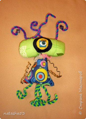 И так , знакомьтесь – мой инопланетный друг – Хо. А живёт он на далёкой планете Зума. Всё там желтого цвета. Зумовцы не строят дома, потому что очень жарко. А общаются они ногами, которые гибкие, а питаются  торчащими на голове трубочками жидкостями. фото 1