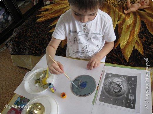 Я Максим. Мне 6 лет,Люблю рисовать и делать всякие поделки на тему авиации и космоса.На конкурс решил сделать НЛО из ненужного материала. фото 3