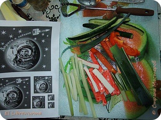 Недавно научилась крутить роллы. Экспериментировала с разными сортами риса, а потом меня осенило: ролл с чёрным рисом — да это же ЧОРНАЯ ДЫРА! На фото мой сегодняшний обед)) фото 4