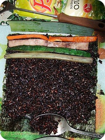 Недавно научилась крутить роллы. Экспериментировала с разными сортами риса, а потом меня осенило: ролл с чёрным рисом — да это же ЧОРНАЯ ДЫРА! На фото мой сегодняшний обед)) фото 5