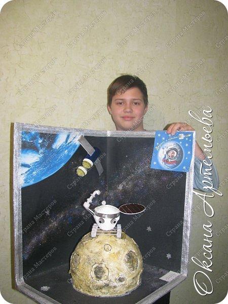 """При подготовке ко Дню космонавтики мы с сыном готовили для школы проект о нашем земляке-космонавте Михаиле Тюрине, читали о его  полётах в космос и рассматривали фотографии, сделанные с орбиты. Узнав о конкурсе, решили принять участие и сделать работу по теме """"Музей космонавтики"""". Итоговый размер работы 46*43*50 см. Фото с самым большим логотипом конкурса. фото 7"""