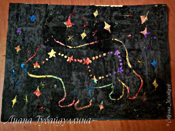 Здравствуйте, сделала небольшую картину,технику я не знаю как называется.Выбрала это созвездие так как оно видно с любой точки земного шара. Большая Медведица похожа на всем известный ковш, состоящий из 7 ярких звездочек. На самом деле это созвездие насчитывает более 100 звезд.Почему же ее прозвали Медведицей?В древней Греции существовала легенда о девушке Каллисто, которую из зависти к ее красоте превратили в безобразную медведицу. Бог Зевс, оберегая от зверя убийства, поместил ее на небо.  фото 1