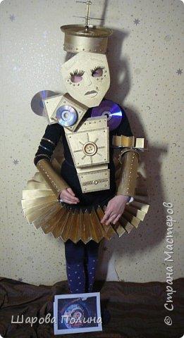 """Здравствуйте! Представляем на конкурс """"Дорога к звёздам!""""  Робот-помощник С-3-P-O робот-балерина! Это робот помощник и  друг.... создан  для детей ... С ним можно играть, читать книжки, смотреть мультики... У робота есть одна интересная  функция -это  обучение танцам.... Урок начинается! Приготовились! Встали в третью позицию! И....раз! И...два! Тянем ножку!... фото 1"""