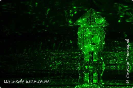Космический корабль сделан из стеклянной баночки 100 г. облепленной соленым тестом. Крыша снимается, внутрь можно положить что-нибудь, в окошки можно вставить фото 4-х космонавтов.  фото 4