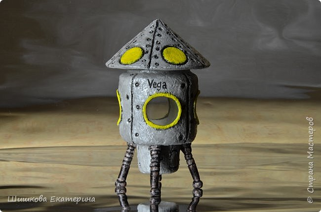 Космический корабль сделан из стеклянной баночки 100 г. облепленной соленым тестом. Крыша снимается, внутрь можно положить что-нибудь, в окошки можно вставить фото 4-х космонавтов.  фото 1