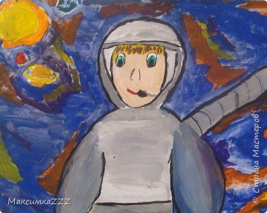 В космонавты всех подряд, Брать, конечно, не хотят. Там берут здоровых, смелых, Сильных, умных и умелых. Космос — это вам не шутки, Все расписаны минутки. Расписанье очень строго И веселья никакого.  Каждый год традиционно отмечается ДЕНЬ КОСМОНАВТИКИ .Чтобы ДЕНЬ КОСМОНАВТИКИ запомнился всем детям, необходимо создать соответствующую атмосферу. И как нельзя лучше справятся с этой задачей изготовленные детскими ручками поделки. фото 1