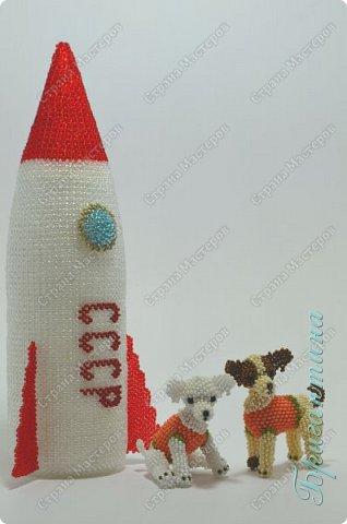 Для создания работы использовала несколько видов плетения: мозаичное, монастырское и кирпичное. Основа внутри ракеты сборная.  фото 4