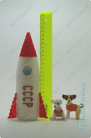 Для создания работы использовала несколько видов плетения: мозаичное, монастырское и кирпичное. Основа внутри ракеты сборная.  фото 7