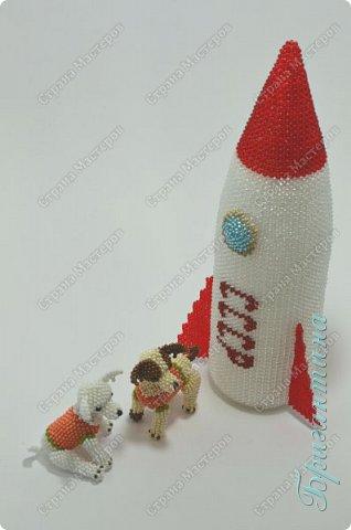 Для создания работы использовала несколько видов плетения: мозаичное, монастырское и кирпичное. Основа внутри ракеты сборная.  фото 2