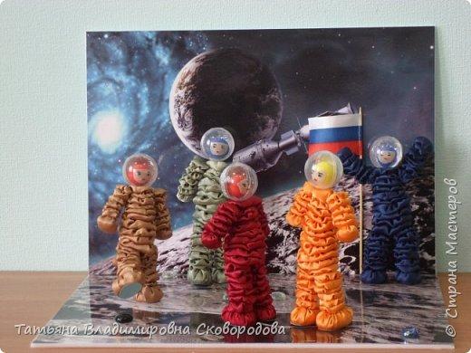 Расставляем космонавтов. Приклеиваем Российский флаг. Композиция «Тропой Гагарина» готова. фото 1