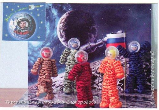 Расставляем космонавтов. Приклеиваем Российский флаг. Композиция «Тропой Гагарина» готова. фото 3