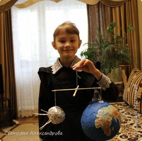 Мы живём в век Космоса. А что  это такое Космос?   Я думаю, это бесконечная пустыня с огненными шарами гигантских звёзд и движущимися вокруг них большими и маленькими планетами. Человек мечтал покорить эту высоту.  Первая советская ракета на жидком топливе была запущена 17 августа  1933 года и продержалась в воздухе…  18 секунд! Кто же построил первую ракету? Конструктор, академик  Сергей Павлович Королёв. 4 октября 1957 года первый искусственный спутник оторвался от Земли. Благодаря труду конструкторов, ракетчиков, рабочих. В этот день во все языки мира без перевода вошло русское слово «спутник». Началась космическая эра. Первый спутник Земли представлял собой блестящий шар из алюминиевых сплавов и был невелик - диаметром 58 см, весом - 83,6 кг.                фото 6