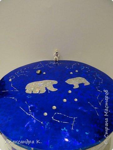 На крышке коробочки изобразила 12 созвездий зодиака, созвездия Большой и Малой Медведицы.  фото 9