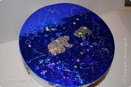 На крышке коробочки изобразила 12 созвездий зодиака, созвездия Большой и Малой Медведицы.  фото 1