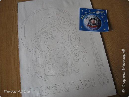 """Здравствуйте, жители Страны мастеров! Представляю вашему вниманию картину """"Наш Гагарин"""". Посвящаю ее первооткрывателю космоса Юрию Гагарину. Для работы использовался крашеный речной песок. фото 2"""
