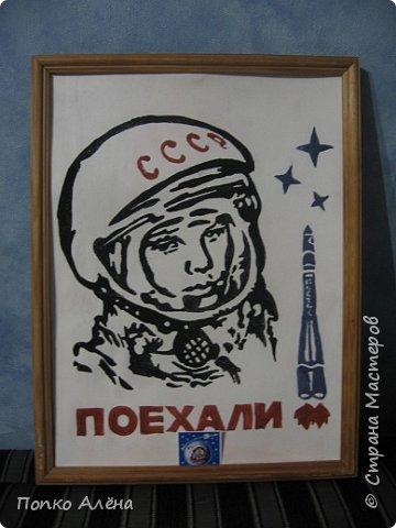 """Здравствуйте, жители Страны мастеров! Представляю вашему вниманию картину """"Наш Гагарин"""". Посвящаю ее первооткрывателю космоса Юрию Гагарину. Для работы использовался крашеный речной песок. фото 1"""