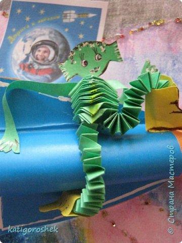 """Знакомьтесь. Это инопланетянин Инити. Он только что побывал на Земле и теперь возвращается на родную планету. На Земле он познакомился с людьми, и те подарили  ему ракету на память.  Инити - добрый и воспитанный инопланетянин. Он сказал """"спасибо"""", хотя для него наша ракета похожа на аттракцион для детей в парке отдыха. фото 5"""