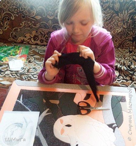 Долго обсуждали и выбирали объект воплощения.  Зарину привлекла полярная сова с ее белоснежным оперением и ярко-желтыми глазами. Панно выполнено в технике кинусайга. фото 11