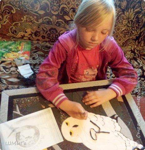 Долго обсуждали и выбирали объект воплощения.  Зарину привлекла полярная сова с ее белоснежным оперением и ярко-желтыми глазами. Панно выполнено в технике кинусайга. фото 13