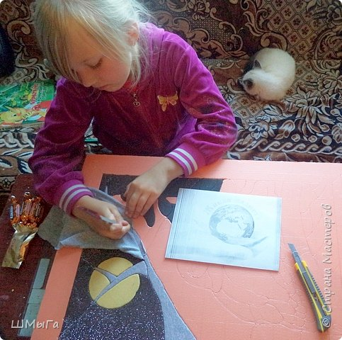 Долго обсуждали и выбирали объект воплощения.  Зарину привлекла полярная сова с ее белоснежным оперением и ярко-желтыми глазами. Панно выполнено в технике кинусайга. фото 6