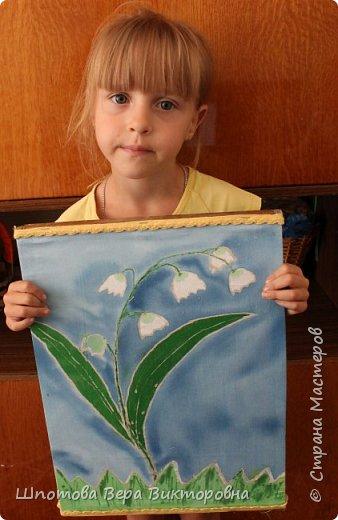 Дашин любимый цветок, который занесён в Красную книгу Саратовской области- Ландыш. Даша решила его изобразить батиком.  фото 8