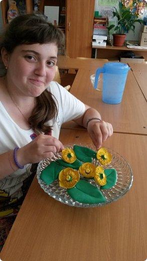 """Добрый день всем! Мы с удовольствием участвуем в этом конкурсе. Для работы выбрали тему """"Царство растений"""" и попытались изобразить часть водоёма, где растёт жёлтая кубышка. Кубышка жёлтая имеет народные названия: жёлтая кувшинка, одолень, вахта речная, вахта лесная, маковки водяные, мор куриный, мак жёлтый водяной,балаболка, бубенчики жёлтые, водолёт, вахтовик жёлтый, горляшное семя, лопух водяной, пуговка ...( lilitochka.ru ) Кубышка жёлтая - удивительной красоты растение. Своё русское название оно получило из-за схожести созревшего плода со старинным сосудом с крышечкой, которым пользовались на Руси. Это многолетний представитель водной флоры. Кубышка жёлтая распространена во многих регионах России, кроме областей Дальнего Востока и Крайнего Севера. Места её произрастания - заливы,озёра,пруды, речные тихие мелководья. Корневище растения очень ветвистое, от него расползаются десятки корней по дну водоёма. Диаметр зависит от возраста кубышки - корень взрослого растения может достигать 10 см в толщину. Стебель кубышки жёлтой практически полностью скрыт под водой, на поверхности остаётся лишь небольшая часть с цветком. Он упругий и длинный,порой достигает 2-3 метра. Мясистые крупные листья лежат на воде. Они ярко зелёного цвета,блестят на солнце, но есть и мелкие и тонкие подводные листья , часто свёрнутые и образующие подобие колпачка. Цветы кубышки жёлтые. Его """"лепестки"""" являются чашелистиками. Они окружают цветок и защищают его. В плохую погоду и в ночное время они закрыты. Большая часть цветка - тычинки с пыльниками. В центре расположена многозвеньевая завязь, в которой образуется плод растения.плод напоминает кувшин,в котором спрятаны семена. Период цветения - с мая по август. ( w w w/ anapacity. com./krasnya - kniga - Krasnodarckogo - kraya - rasteniya/ kybyshka - zheltaya.html) фото 18"""