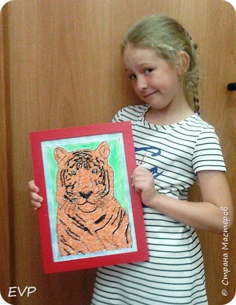 Амурский тигр - редкий подвид, сохранившийся лишь на территории России. Мы решили сделать тигра из крупы, использовали чечевицу красную, покрасила её для полосок в чёрный цвет акриловыми красками, макароны паутинка также покрашены в чёрный цвет. фото 3