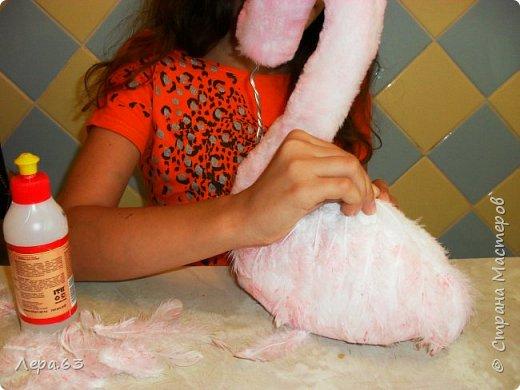 Внешний вид фламинго — статной птицы, принадлежащей к семейству фламинговых, замечателен. Гибкая, почти лебединая шея, длинные ноги, мягкие пёрышки, а главное, окрас: белый, нежно-розовый, красный, плюс вариации этих цветов.  Хвост у фламинго короткий, а вот клюв – массивный, выгнутый вниз. Голова – небольшая, на ней есть неоперенные участки – кольцо вокруг глаз и подбородок.  В течение светового дня фламинго отыскивает пищу. Важно передвигаясь на своих длинных, как ходули, ногах, наклонив туловище, на мелководье их внимание привлекают сине-зеленые водоросли, мелкие ракообразные, личинки насекомых.  Клюв фламинго нередко называют «цедилкой». Ухватив добычу, птицы размахивают головой, отделяя пищу от воды.  Всем известна красивая песня под названием «Розовый фламинго». А почему фламинго розовый, или красноватый? Такую окраску оперению этой птице придают красящие вещества липохромы, которые фламингообразные получают вместе с пищей.  Перекусив, птицы бредут в обратном направлении. В середине дня взрослые фламинго занимаются гигиеническими процедурами – чистят клювом свои перья.  Живут фламинго в башенках. Башенки – это узкие гнёзда, в них птицы откладывают яйца. Чтобы поместиться в гнезде, фламинго поджимают под себя свои длинные ноги.  Поза при отдыхе у фламинго своеобразна. Как правило, птица стоит на одной ноге, закинув голову на спину. У природы свои причуды. фото 13