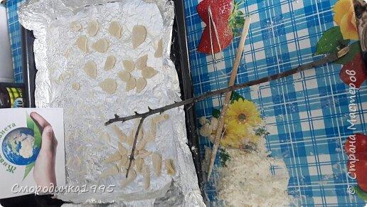 Весенний адонис Светит адонис,как солнышко ясное, Утро весеннее, очень прекрасное. Шарфом махровым пушатся листочки, И янтарём заблестят лепесточки.                                         ( Наталья Лышко) Адонис весенний (Горицвет) – растение, занесенное в Красную книгу Краснодарского края. Имеет ярко-желтую окраску. Его плоды добавляю в различные лекарственные препараты. Помогает справиться с сердечными недугами, неврологическими проблемами и болезнями почек.Свое необычное название растение получило из мифологии Древней Греции. Адонис – имя возлюбленного Афродиты, богини любви. Этот цветок олицетворял чувство богини к мужчине. Растение имеет ярко-желтый цвет и появляется при первых лучах весеннего солнца. Средняя высота достигает 50 сантиметров. Адонис принадлежит семейству Лютиковых. В народе его часто называют Горицветом за яркую окраску. Использование растения Адонис занесен в Красную книгу Краснодарского края, тем не менее, он активно используется в лекарственных целях. Собирая горицвет, необходимо знать основные правила. Срывать цветки можно не чаще одного раза в пять лет, при этом, не повреждая основную часть растения. Целебные свойства адониса были известны много лет назад. Из него готовят фармацевтические препараты, которые помогают справиться с сердечными недомоганиями, болезнями почек. Настои устраняют судороги, успокаивают нервы. Несмотря на все полезные свойства, горицвет является ядовитым растением.  Ресурс:http://5geografiya.net/Severnyj-Kavkaz/Krasnaja-kniga-Stavropolskogo-kraja/008-Adonis-vesennij.html  фото 5