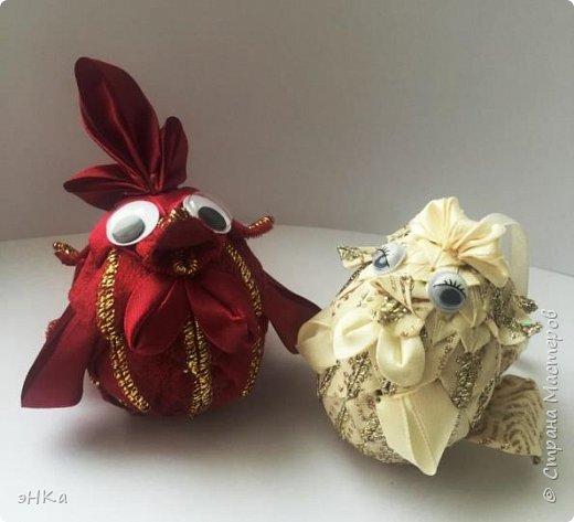 Как сказала ЛиЛеКа - петушков много не бывает! Согласна. Мои  петушок и курочка - это елочные игрушки. И как показал ход работы, они станут еще и новогодним подарком для племянника и его невесты. Ребята объявили, что весной планируют играть свадьбу, поэтому моя парочка станет прекрасным дополнением к денежному подарку на Новый год. фото 1