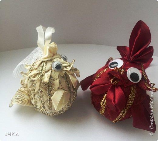 Как сказала ЛиЛеКа - петушков много не бывает! Согласна. Мои  петушок и курочка - это елочные игрушки. И как показал ход работы, они станут еще и новогодним подарком для племянника и его невесты. Ребята объявили, что весной планируют играть свадьбу, поэтому моя парочка станет прекрасным дополнением к денежному подарку на Новый год. фото 17