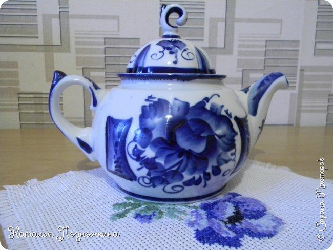 Грелка на чайник «Гжельский петушок» –любителям чаепитий. Как приятна чайная церемония в кругу семьи. Чайник накрыт по старинной традиции  «Петушком» – грелкой, которая позволит остаться чаю горячим и станет прекрасным украшением кухни.  фото 8