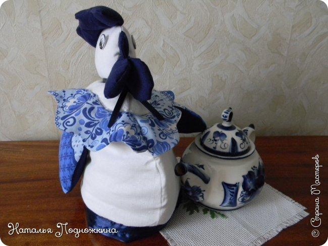 Грелка на чайник «Гжельский петушок» –любителям чаепитий. Как приятна чайная церемония в кругу семьи. Чайник накрыт по старинной традиции  «Петушком» – грелкой, которая позволит остаться чаю горячим и станет прекрасным украшением кухни.  фото 24