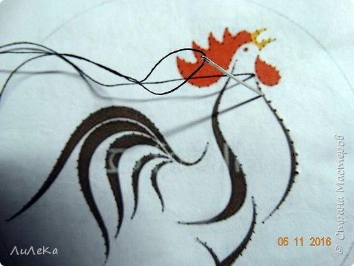 Петушок-магнит выполнен в технике изонить. Эта техника позволяет оживить картинку, придать ей необычный вид и воздушность. фото 4