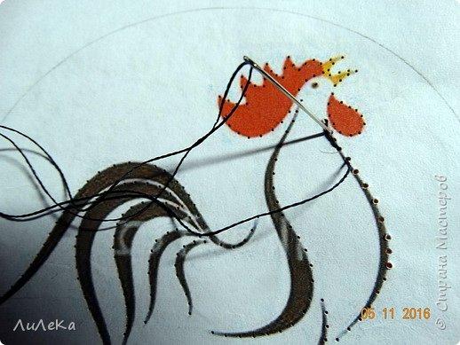 Петушок-магнит выполнен в технике изонить. Эта техника позволяет оживить картинку, придать ей необычный вид и воздушность. фото 6