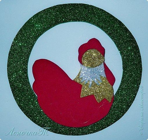Новый год  не за горами,  а значит  в самый  раз  настала пора готовиться   к самому  любимому празднику всех детей и взрослых. Вот и  мы решили открыть  подготовительный сезон петушиным новогодним  украшением. А как уж  использовать свою  украшалочку, решать вам. фото 7