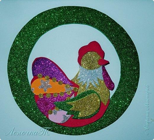 Новый год  не за горами,  а значит  в самый  раз  настала пора готовиться   к самому  любимому празднику всех детей и взрослых. Вот и  мы решили открыть  подготовительный сезон петушиным новогодним  украшением. А как уж  использовать свою  украшалочку, решать вам. фото 12