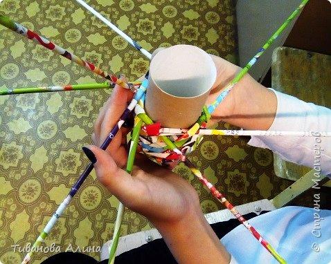 """На занятиях внеурочной деятельности я научилась косому плетению из бумажных трубочек. В этом нам помогают мастер-классы мастериц нашего любимого сайта """"Страна мастеров"""". Только плетем мы не из газетной бумаги , а из рекламных листовок. Такие поделки не надо красить и можно даже не покрывать лаком фото 4"""