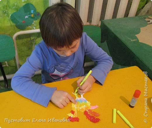 Представляем вашему вниманию осеннего фантазийного петушка.Для аппликации использованы разноцветные дырокольные листочки. фото 10
