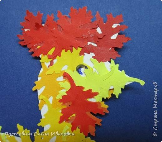 Представляем вашему вниманию осеннего фантазийного петушка.Для аппликации использованы разноцветные дырокольные листочки. фото 3