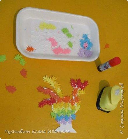 Представляем вашему вниманию осеннего фантазийного петушка.Для аппликации использованы разноцветные дырокольные листочки. фото 7