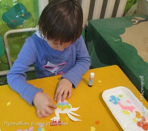 Представляем вашему вниманию осеннего фантазийного петушка.Для аппликации использованы разноцветные дырокольные листочки. фото 8