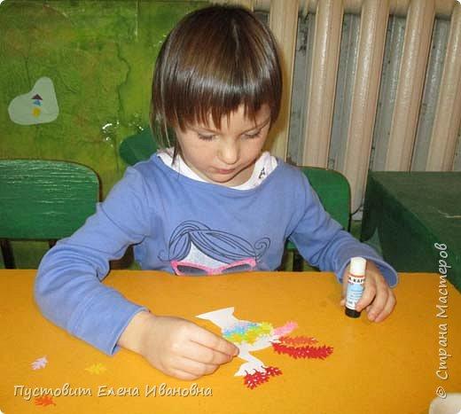 Представляем вашему вниманию осеннего фантазийного петушка.Для аппликации использованы разноцветные дырокольные листочки. фото 9