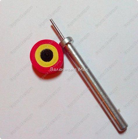 Мой Петушок выполнен в технике квиллинг. Он может быть игрушкой на ёлку или сувениром-магнитиком, или даже брелком! фото 5