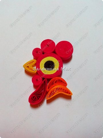 Мой Петушок выполнен в технике квиллинг. Он может быть игрушкой на ёлку или сувениром-магнитиком, или даже брелком! фото 14