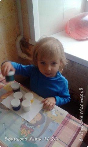 Наш Петушок-малышок родился на свет 8 ноября 2016 года. Мы с дочкой грустили дома, так как Катюша болела. Что бы немного развеется мы решили порисовать. Взяли: пальчиковые краски, бумагу, клей,  лист картона,  ножницы, фломастер, ватные палочки или кисть для клея. фото 2