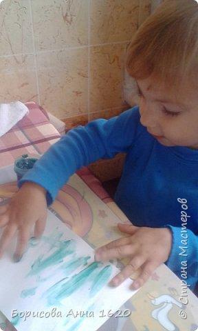 Наш Петушок-малышок родился на свет 8 ноября 2016 года. Мы с дочкой грустили дома, так как Катюша болела. Что бы немного развеется мы решили порисовать. Взяли: пальчиковые краски, бумагу, клей,  лист картона,  ножницы, фломастер, ватные палочки или кисть для клея. фото 3