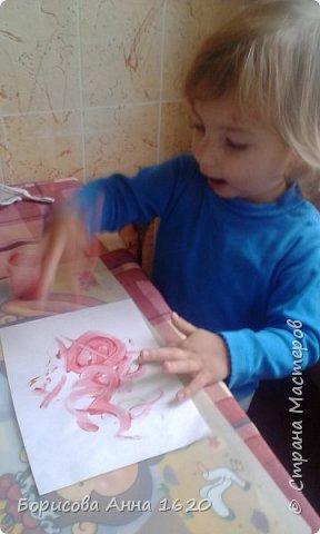 Наш Петушок-малышок родился на свет 8 ноября 2016 года. Мы с дочкой грустили дома, так как Катюша болела. Что бы немного развеется мы решили порисовать. Взяли: пальчиковые краски, бумагу, клей,  лист картона,  ножницы, фломастер, ватные палочки или кисть для клея. фото 5